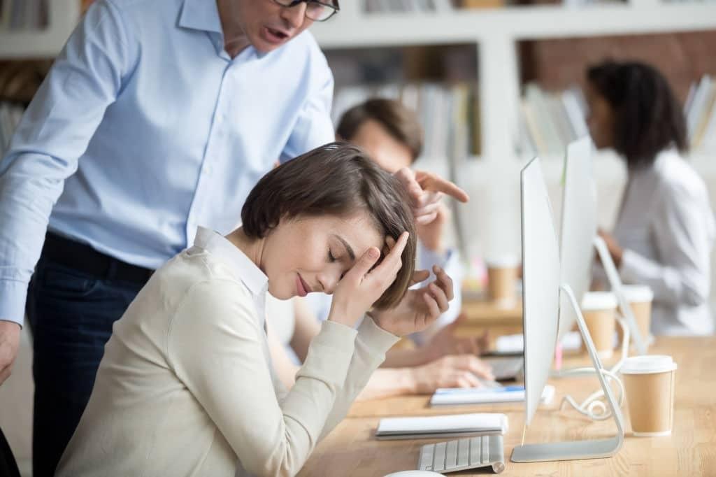 Puedes denunciar acoso por llamadas en horarios no laborales.