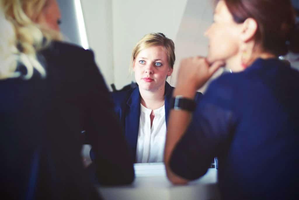 Tres mujeres conversando