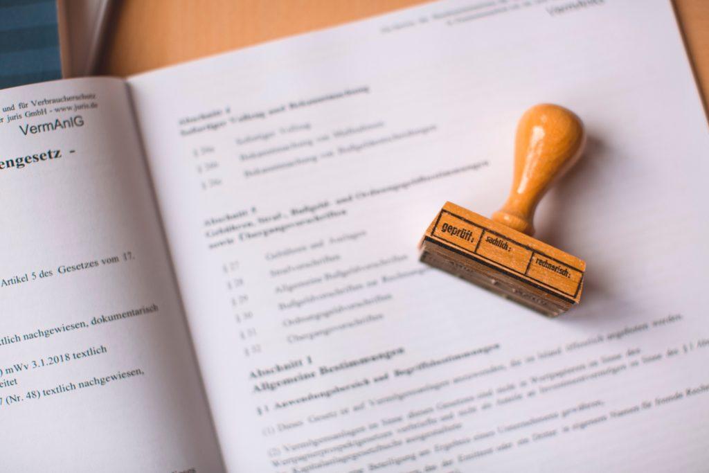 Sello sobre factura de gastos de formalización de hipoteca