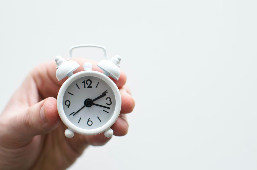 Persona sosteniendo un reloj