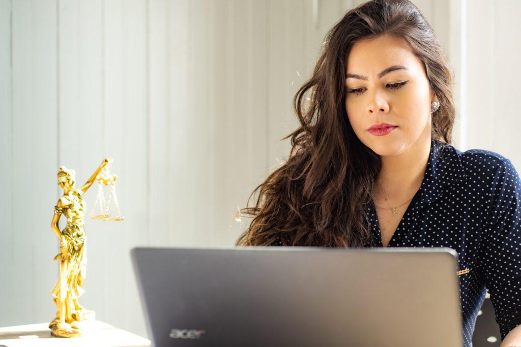 Abogada dando seguimiento a la subasta de bienes en el concurso de acreedores