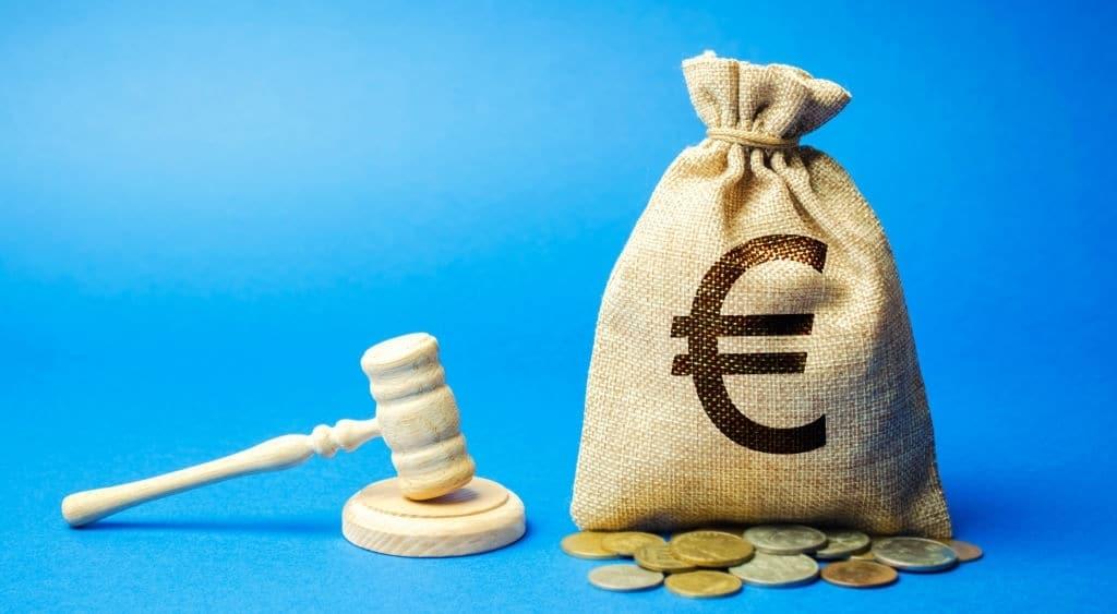 Martillo de juez y bolsa de tela con el símbolo de Euro.