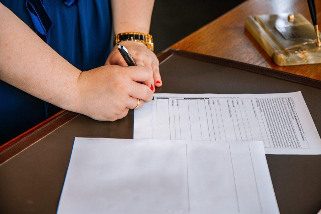 Persona firmando un crédito hipotecario con cláusula suelo