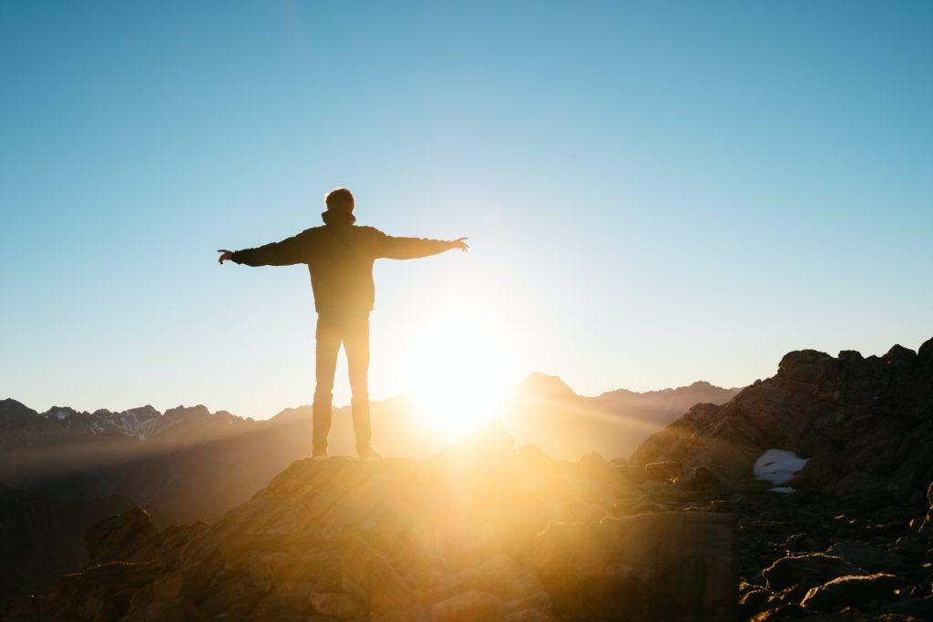Persona de pie frente al sol