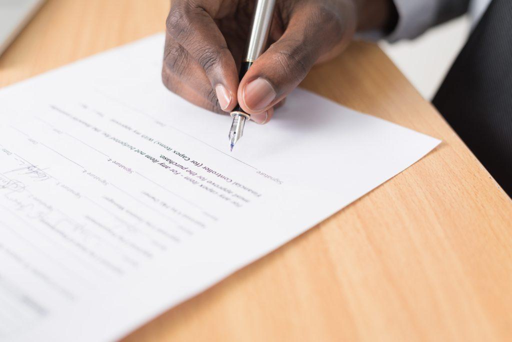 Persona contratando un préstamo estando en ASNEF