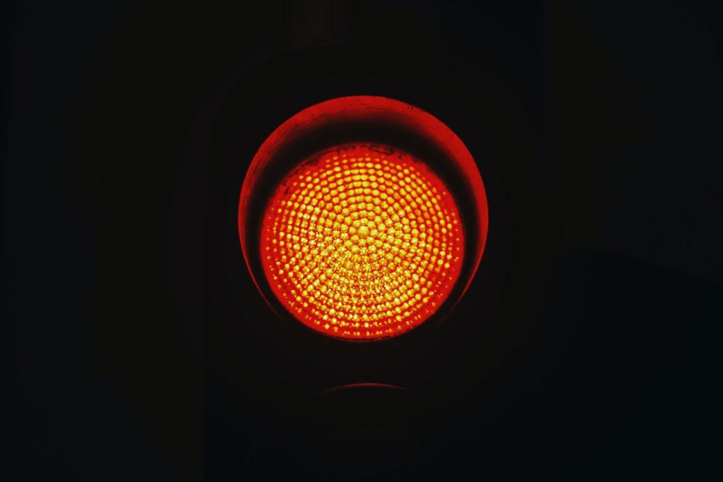 Luz roja como señal de advertencia ante los riesgos de los préstamos con ASNEF