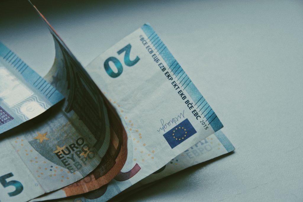 Billetes de euro de un préstamo con ASNEF